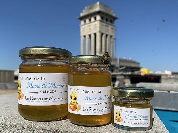 Trilogie de Miel de Montreuil devant le beffroi de la Mairie de Montreuil et sur une ruche du rucher de l'Asso les Ruchers de Montreuil.